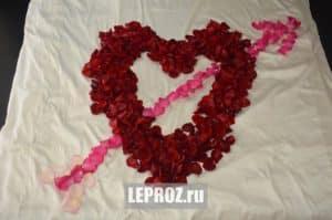 сделать сердце из лепестков роз