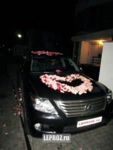 осыпание автомобиля розами