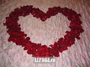 купить сердце из лепестков роз