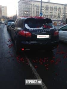 авто в лепестках роз
